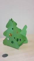 Tannenbäumchen aus grüner Pappe mit bunten Sternchen.