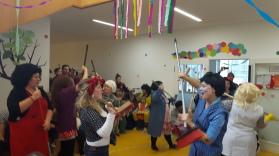Pädagoginnen-Team führt Tanz mit Besen auf.